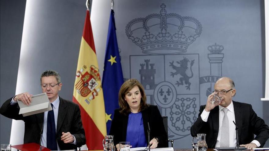 """Sáenz de Santamaría dice que el diálogo con Cataluña """"existe y es continuo"""""""