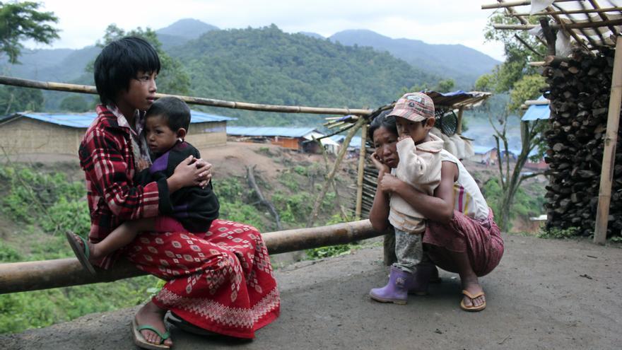 Desplazadas internas de la etnia kachín en el campo de Nhkawng Pa, en el Estado Kachín (Birmania). 6 de julio de 2012. © Carlos Sardiña Galache.