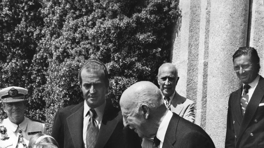PRÍNCIPES DE ESPAÑA EN PAZO DE MEIRÁS: La Coruña, 30-7-1975.- Los Príncipes de España pasan unos días de vacaciones en el Pazo de Meirás, invitados por el Jefe del Estado. En la foto, el infante Felipe da la mano a Franco, en presencia de su padre, el príncipe Juan Carlos, el marqués de Villaverde (2º plano derecha), y el marqués de Mondejar, (2º plano, centro).