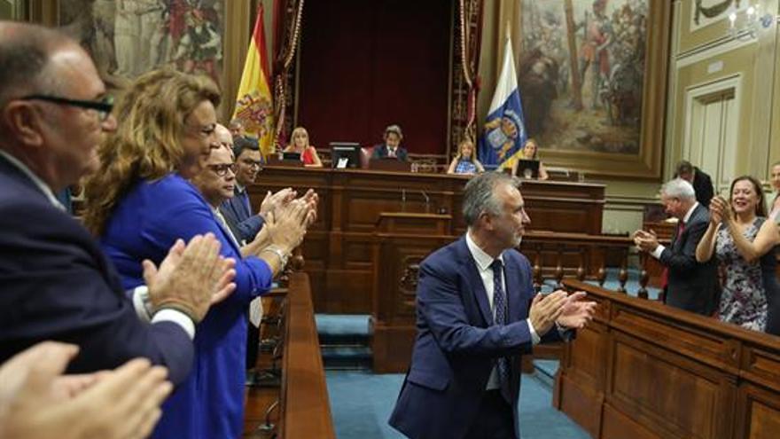 El socialista Ángel Víctor Torres, tras ser elegido presidente de Canarias al finalizar el debate del pleno de investidura.