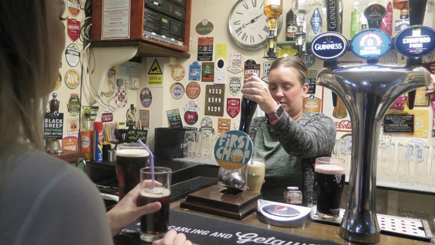 Vicky Hughes, encargada del pub Star Inn, sirve unas cervezas. | Foto: M. V.