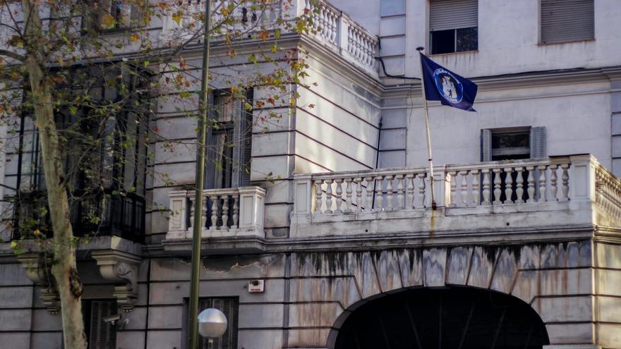 El edificio con la bandera del grupo ultraderechista / cuenta de twiter Hogar Social Madrid