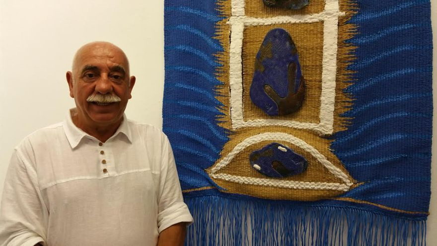 Miguel Patiño junto a uno de sus tapices. Foto: LUZ RODRÍGUEZ.