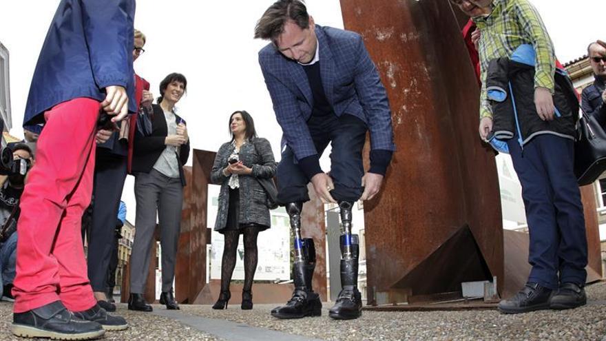 Los niños asturianos reciben a Hugh Herr como un auténtico superhéroe biónico