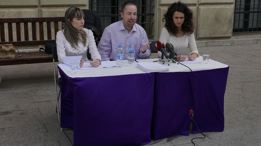 Cristina Salvatierra y Nayara Sánchez con el abogado José Mateos
