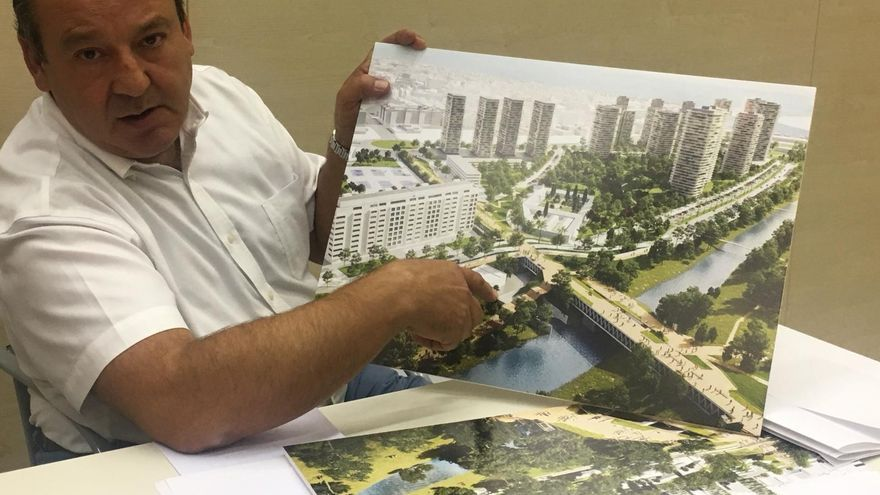 El concejal de Urbanismo en el Ayuntamiento de Valencia, Vicent Sarrià, muestra algunas imágenes del proyecto del PAI del Grau
