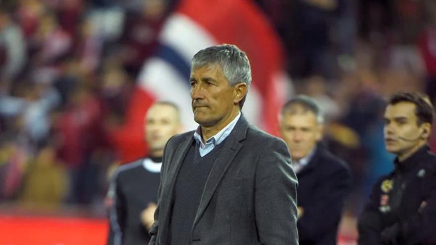 El entrenador de Las Palmas, Quique Setién durante el partido correspondiente a la vigésimo primera jornada de la Liga contra Las Palmas, en el estadio de Los Cármenes de Granada.