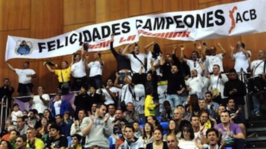 Pancarta de los aficionados en el Santiago Martín, el día del ascenso. (Acfi Press)