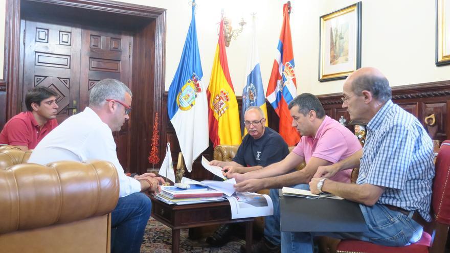 En la imagen, reunión de las autoridades municipales con los bomberos.