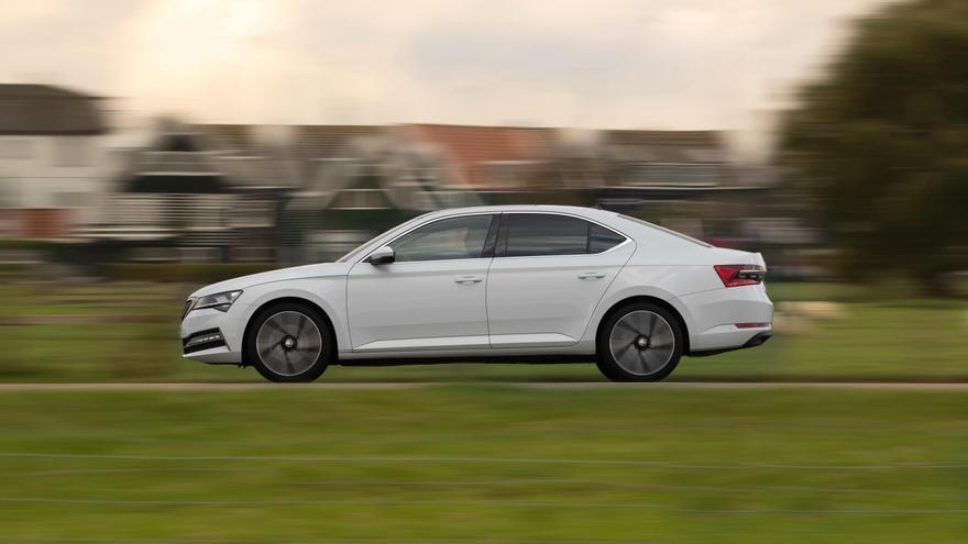 La autonomía homologada en modo cero emisiones del Skoda Superb es de 55 kilómetros.