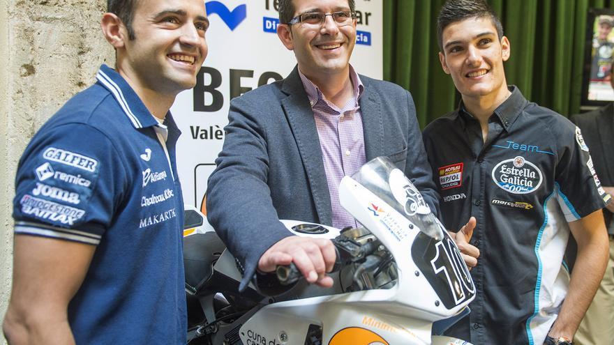 El presidente de la Diputación de Valencia, Jorge Rodríguez, junto a los pilotos Héctor Barberá y Jorge Navarro