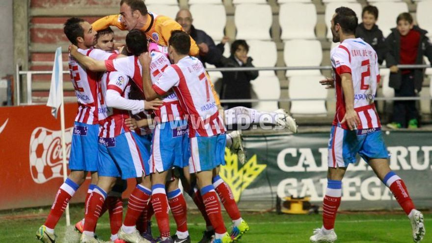Los jugadores del Lugo celebran el tanto de Iriome ante el CD Tenerife | LFP