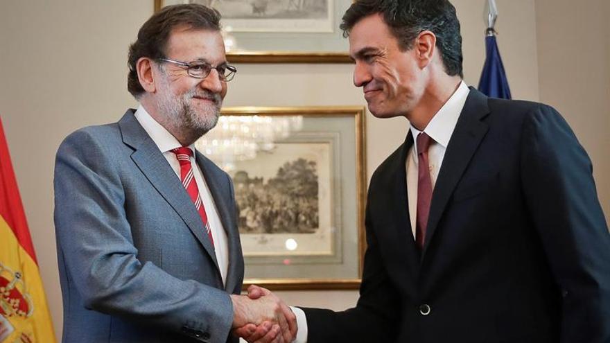 Rajoy se reúne con Sánchez para intentar negociar la abstención del PSOE