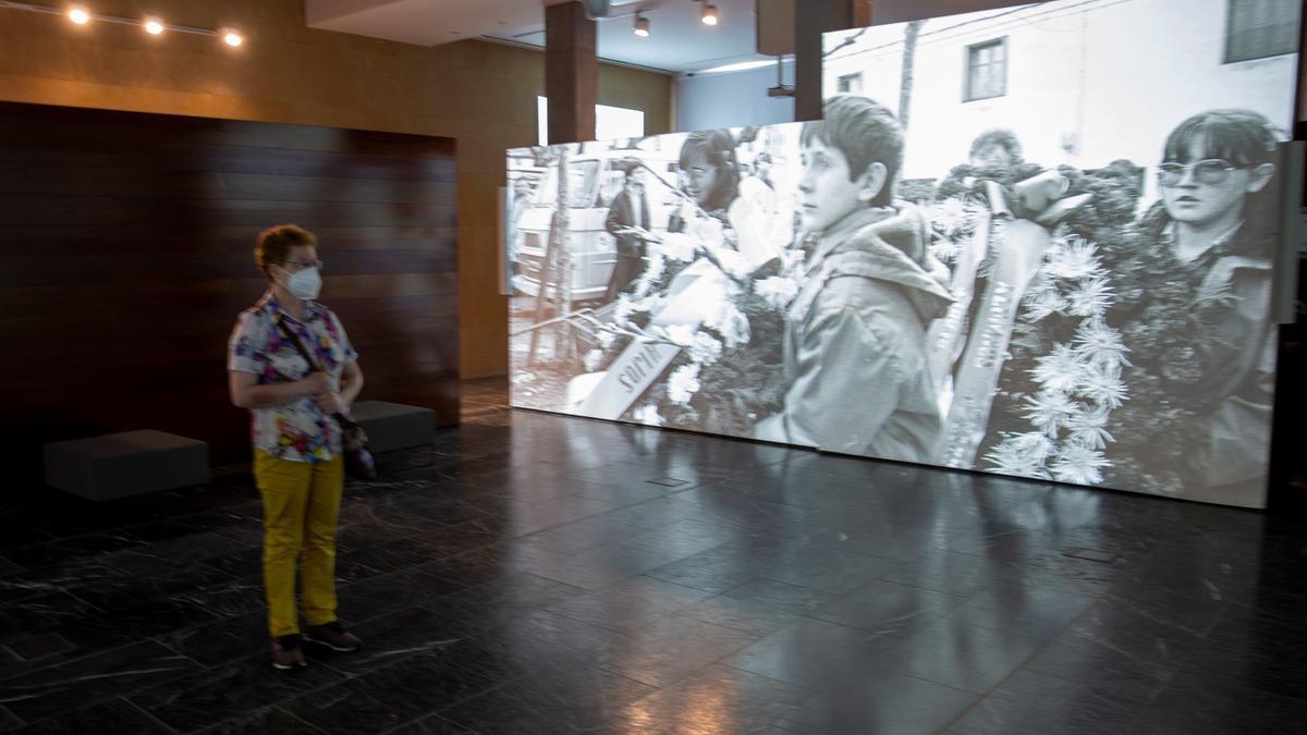 Los primeros visitantes acceden al Centro Memorial de Víctimas del Terrorismo. EFE/David Aguilar