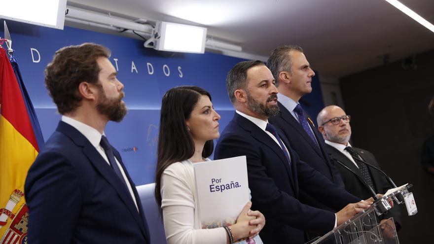 Espinosa de los Monteros, Olona, Abascal, Ortega Smith y Alcaraz en una rueda de prensa en el Congreso en junio.
