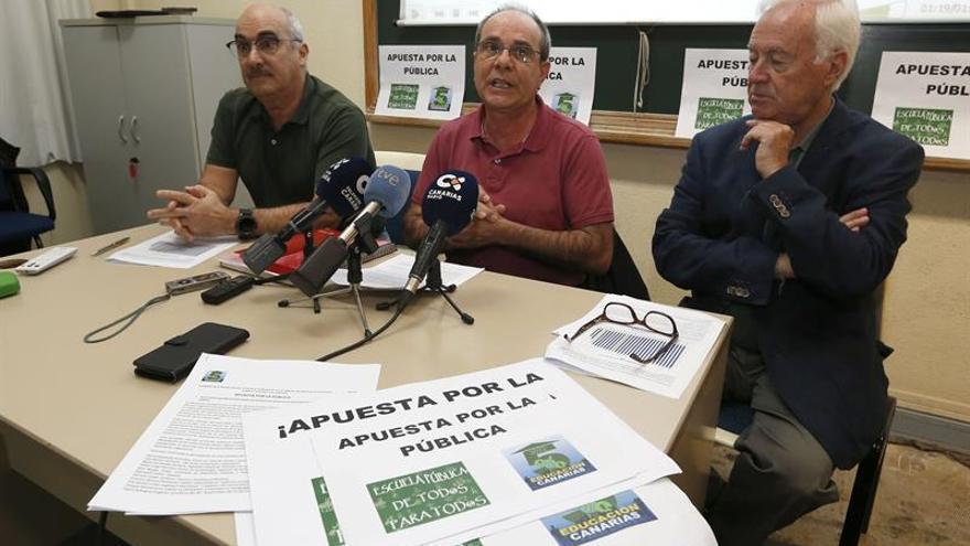 Los representantes de la Plataforma por el 5% del PIB para la Educación Fernando Redondo (d), Bernardino Ruiz (c) y Carlos Quesada