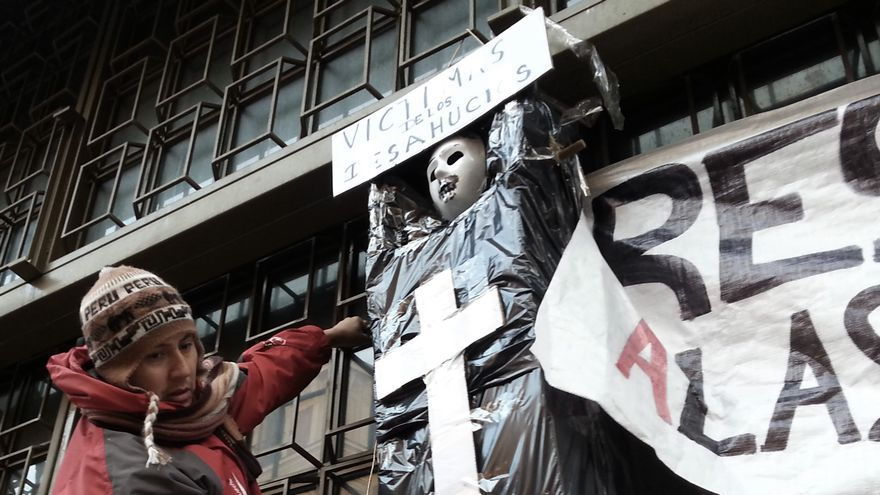 Pza.Celenque - Protesta Bankia Acampada PAH Muñeco colgado