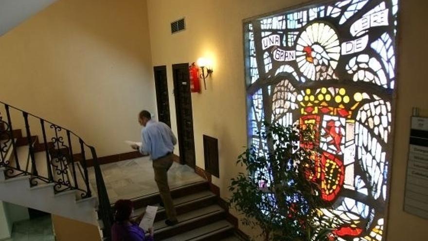 IU pide que se retire un escudo franquista del Ayuntamiento de Marbella