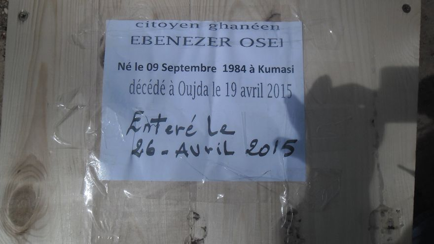 Tumba de un ciudadano de Ghana que falleció en la frontera de Marruecos con Argelia, en abril de 2015. / Imagen cedida a eldiario.es.