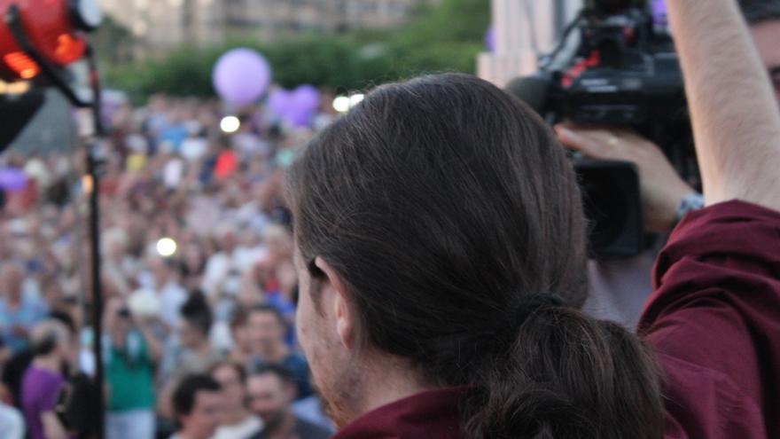 Pablo Iglesias saluda al público en el mitin de Podemos en Murcia / PSS