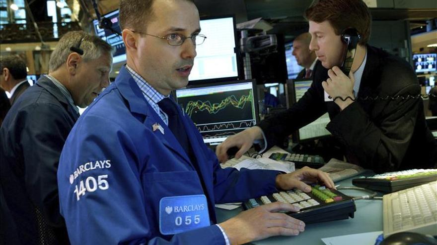 El Dow Jones mantiene las pérdidas mínimas a media sesión