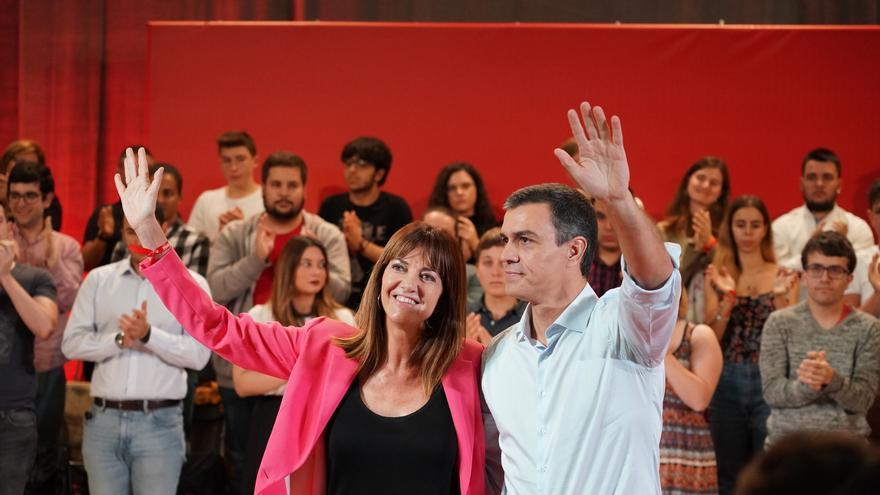 La secretaria general del PSE-EE, Idoia Mendia, y el presidente del Gobierno en funciones, Pedro Sánchez