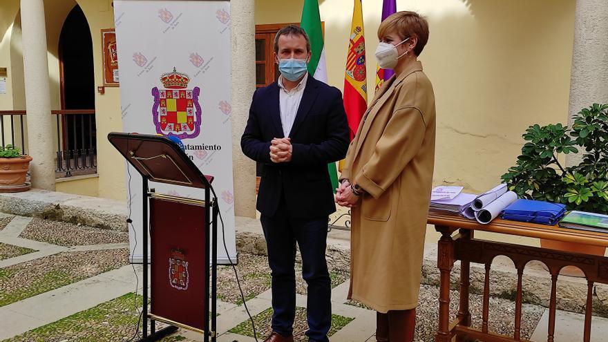 El alcalde de Jaén, Julio Millán (PSOE), junto a María Cantos (Cs).
