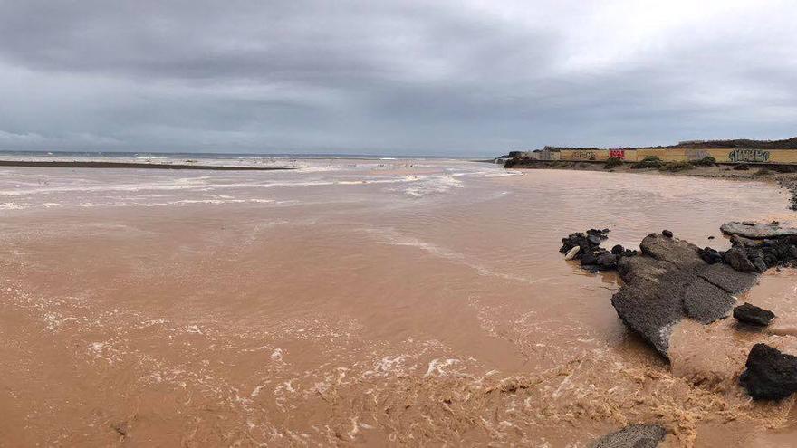 Agua de escorrentía desemboca en la playa de La Tejita, en El Médano (Granadilla)
