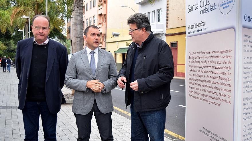 Eduardo García Rojas (izquierda), junto al alcalde (centro) José Manuel Bermúdez