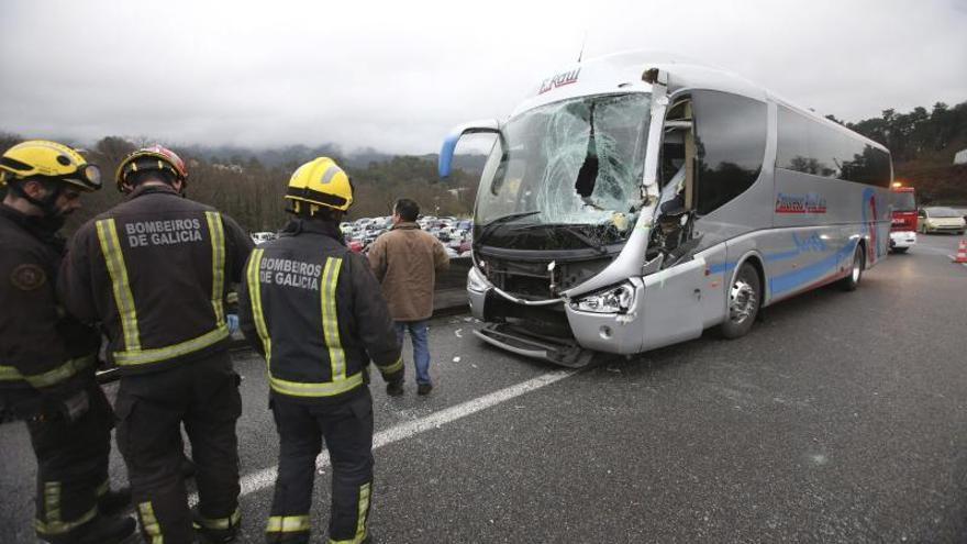 Heridos el conductor y un pasajero de un autobús accidentado en Mos