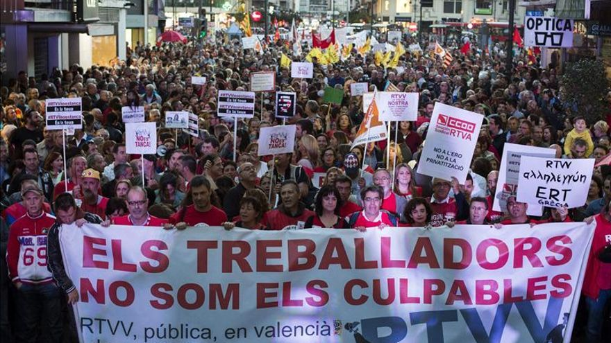 Miles de personas salen a la calle en defensa de la televisión valenciana