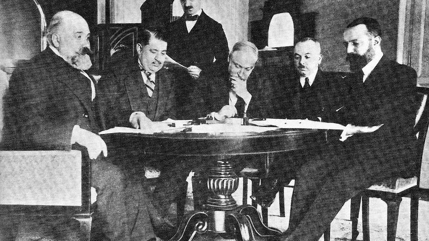 Delegación italiana y turca se reúnen en Lausanne. Desde la derecha: Giuseppe Volpi, Roumbeyoglou Fahreddin, Guido Fusinato, Mèhemmed Naby Bey y Pietro Bertolini