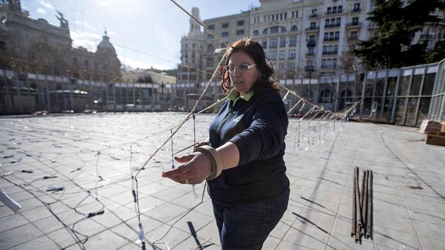 La pirotécnica Reyes Martí prepara una mascletá en la plaza del Ayuntamiento de València