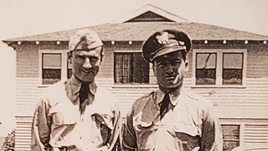 Mitch y Gene, en uniforme militar, en Oxnard (California), 1943.