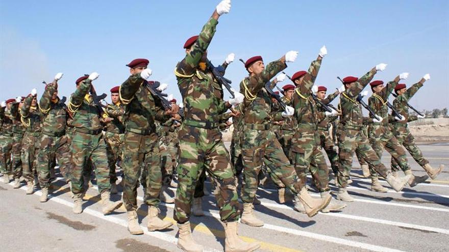 El primer ministro iraquí inspecciona las tropas preparadas para liberar Mosul (Irak)