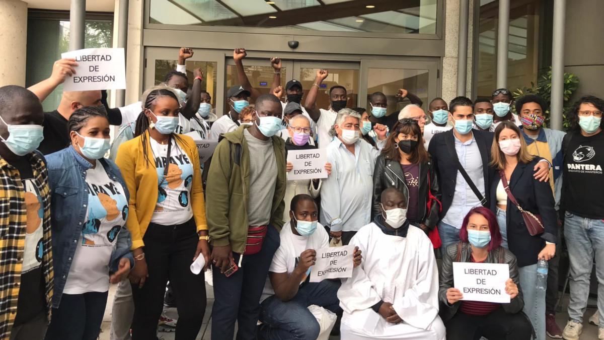 Grupo de vecinos apoyando a Malick Gueye en la puerta de los juzgados