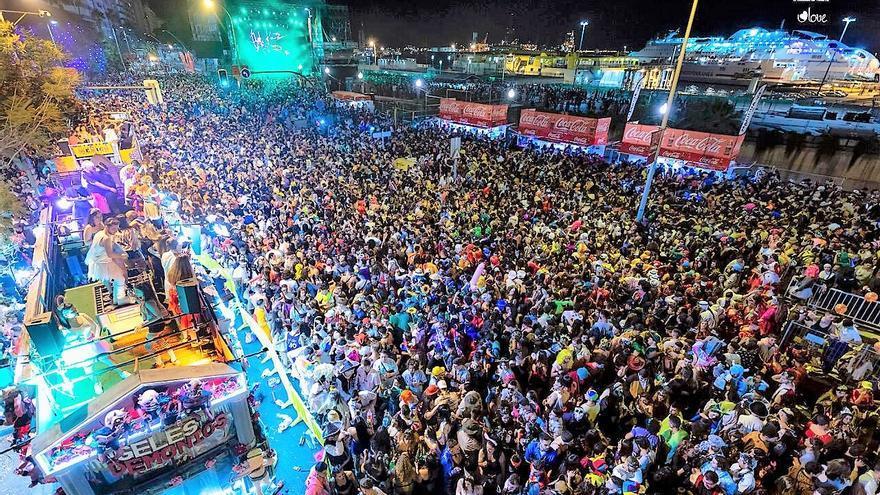 La zona de la avenida Francisco La Roche, hasta arriba de gente, este lunes de Carnaval