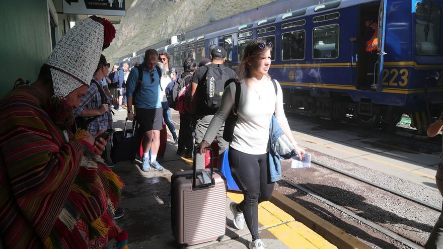 Fotografía tomada en abril del 2019 en la que se registró a un grupo de turistas en la estación de tren de Ollantaytambo, penúltima antes de ingresar al santuario histórico de la ciudadela de Machu Picchu, en la región surandina del Cusco (Perú).