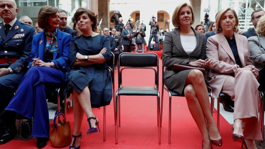 Soraya Sáenz de Santamaría junto a María Dolores de Cospedal en el acto conmemorativo del Dos de Mayo