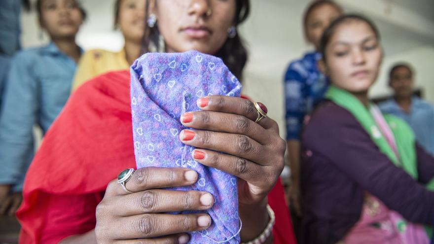 Alumnas de la escuela pública de Laxmi Nagar muestran las compresas reutilizables que confeccionan en los talleres dirigidos a concienciar sobre lo natural que es la menstruación y la necesidad de mejorar la higiene durante esos días.