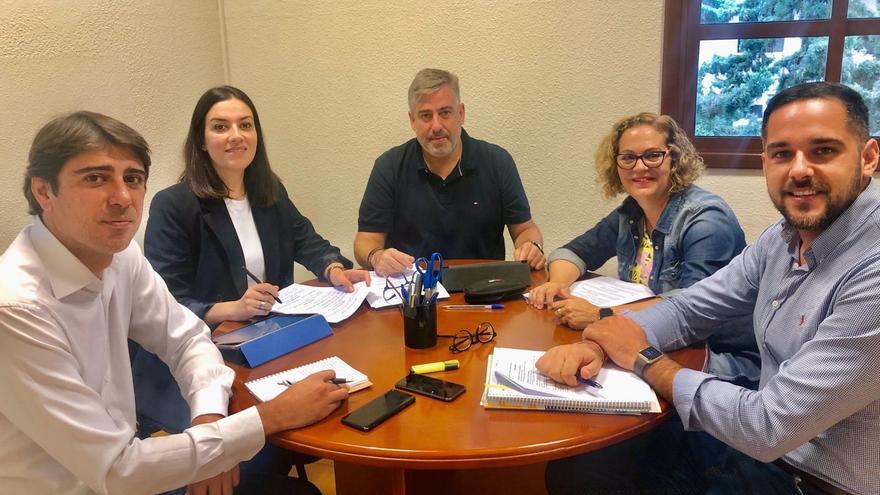 El director del Área de Salud y la Gerente del Hospital General de La Palma, con los tres diputados palmeros del PSOE.
