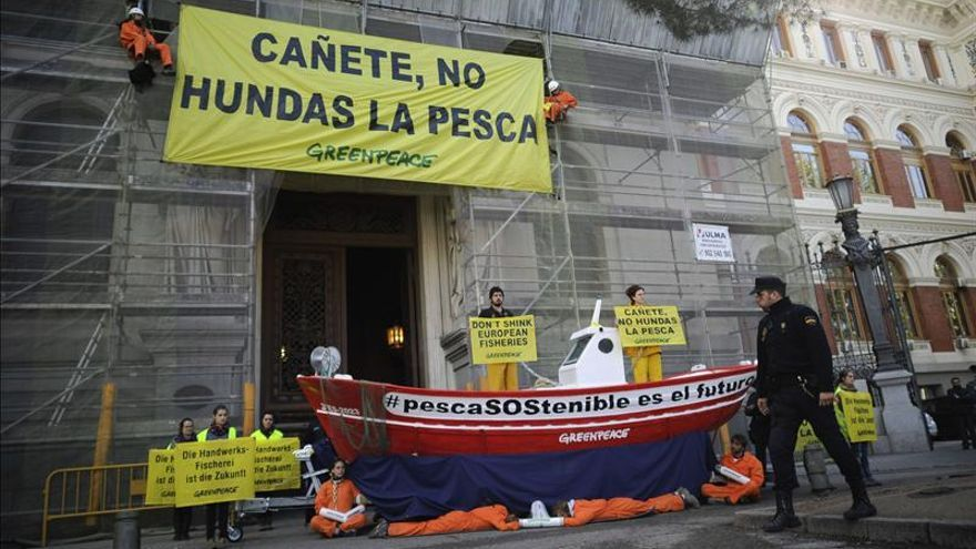 Miembros de Greenpeace se encadenan a un barco para protestar por la política pesquera