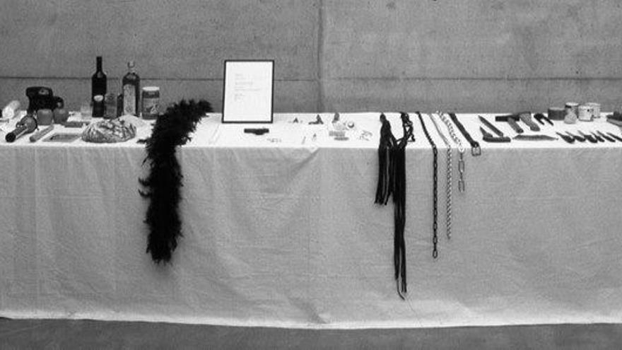 Mesa con los objetos dispuestos para la pieza 'Rhythm 0'.