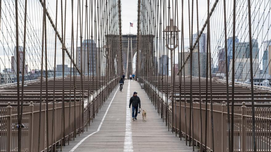 Una persona en el Puente de Brooklyn mientras la ciudad continúa luchando contra la pandemia de coronavirus.