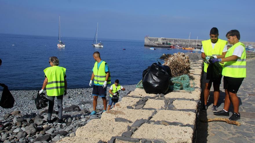 Imagen de archivo de una acción de limpieza en el litoral de Guía de Isora