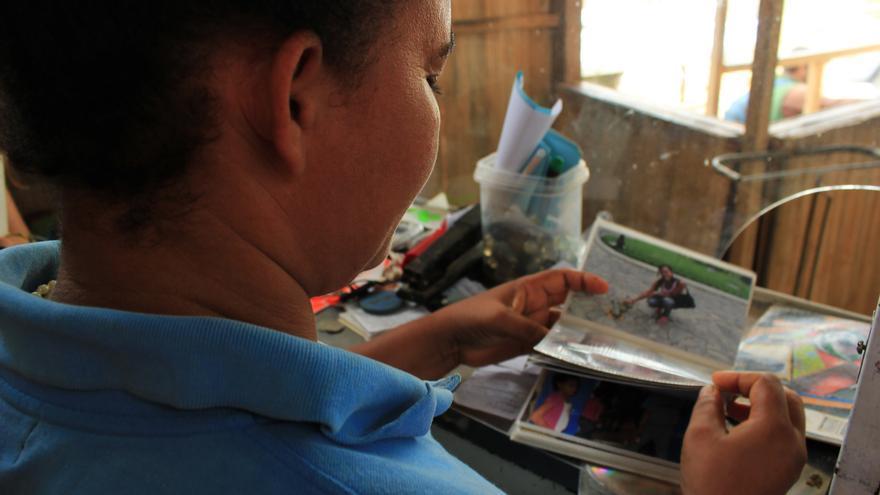 María (nombre ficticio) muestra algunas fotografías de su familia/ Jaime Giménez