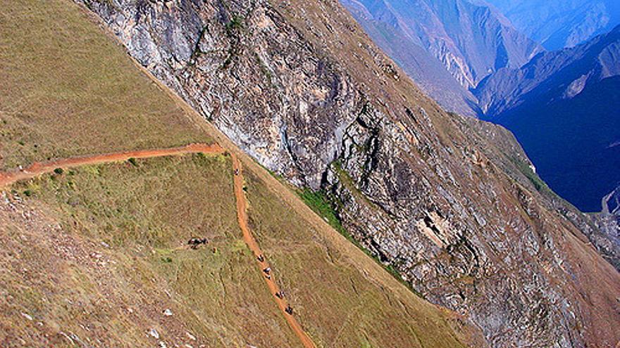 Camino de bajada hacia la ribera del Río Apurímac. Rick McCharles.