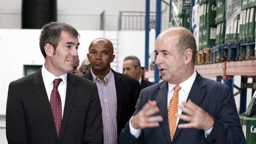 Fernando Clavijo y Pedro Ortega visitan las instalaciones de una empresa canaria en Cabo Verde.