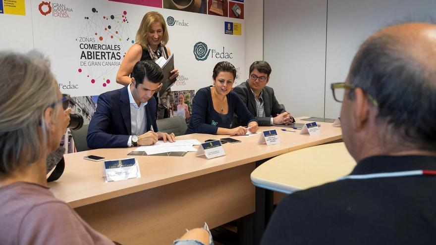 Firma del acuerdo entre los artesanos y el Grupo Lopesan.
