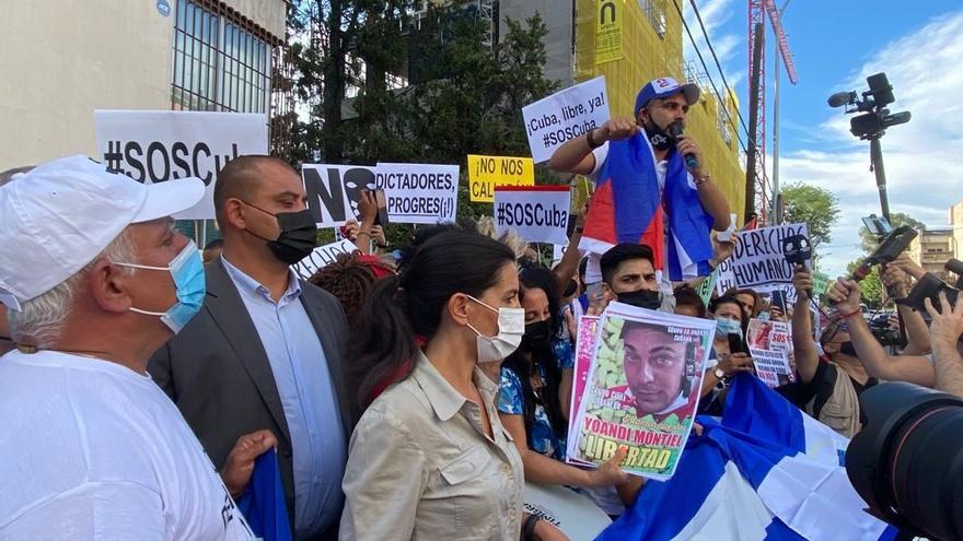 """Ciudadanos cubanos se han vuelto a reunir este martes, por segundo día consecutivo, para manifestarse en contra el Gobierno de Miguel Díaz-Cáñela, reclamando el fin de la """"dictadura comunista"""""""
